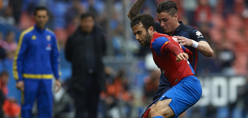 VALENCIA, SPAIN - MAY 08: Giusseppe Rossi of Levante competes for the ball with Jose Maria Gimenez (R) during La Liga match between Levante UD and Atletico de Madrid at Ciutat de Valencia on May 8, 2016 in Valencia, Spain.  (Photo by Manuel Queimadelos Alonso/Getty Images)