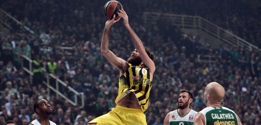 Fenerbahce's Luigi Datome (C) shoots past Panathinaikos Athens' Antonis Fotsis (R) during their Euroleague Top 16 basketball match at the Olympic Indoor Hall in Athens on February 25, 2016.   / AFP / LOUISA GOULIAMAKI        (Photo credit should read LOUISA GOULIAMAKI/AFP/Getty Images)