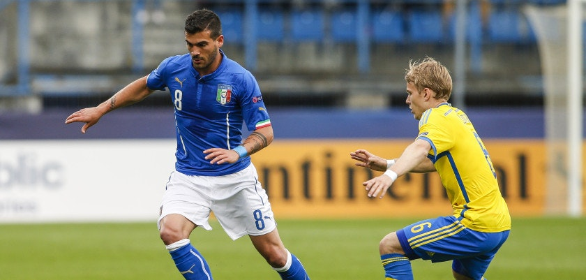 OLOMOUC, CZECH REPUBLIC - JUNE 18:  Stefano Sturaro of Italy (L) competes for the ball with Oscar Lewicki of Sweden during the UEFA Under21 European Championship between Italy and Sweden at Andruv Stadium on June 18, 2015 in Olomouc, Czech Republic.  (Photo by Christian Hofer/Getty Images)