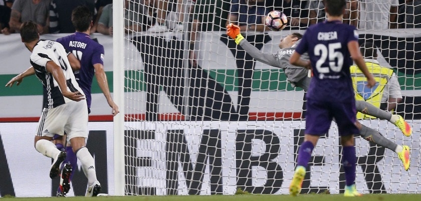 Juventus' German midfielder Sami Khedira (L) scores a goal during the Italian Serie A football match between Juventus and Fiorentina on August 20, 2016 at the Juventus Stadium in Turin. / AFP / MARCO BERTORELLO        (Photo credit should read MARCO BERTORELLO/AFP/Getty Images)