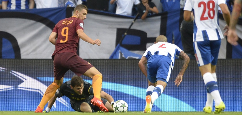 AS Roma's Bosnian forward Edin Dzeko (L) tries to score a goal next to Porto's Spanish goalkeeper Iker Casillas and Uruguayan defender Maxi Pereira (R) during the UEFA Champions League first leg play off football match FC Porto vs AS Roma at the Dragao stadium in Porto on August 17, 2016. / AFP / MIGUEL RIOPA        (Photo credit should read MIGUEL RIOPA/AFP/Getty Images)