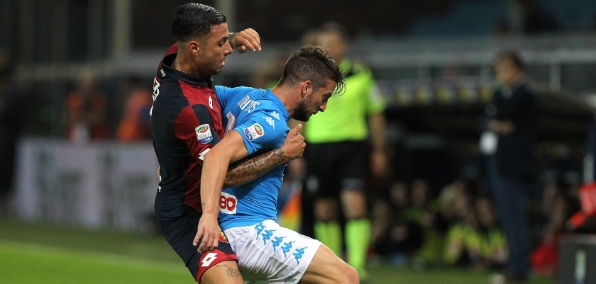 GENOA, ITALY - SEPTEMBER 21:  Dries Mertens (R) of SSC Napoli tangles with Armando Izzo (L) of Genoa CFC during the Serie A match between Genoa CFC and SSC Napoli at Stadio Luigi Ferraris on September 21, 2016 in Genoa, Italy.  (Photo by Marco Luzzani/Getty Images)