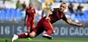 AS Roma's Dutch midfielder Radja Nainggolan kicks during the Italian Serie A football match Lazio vs AS Roma at the Olympic stadium in Rome on April 3, 2016.     / AFP / VINCENZO PINTO        (Photo credit should read VINCENZO PINTO/AFP/Getty Images)