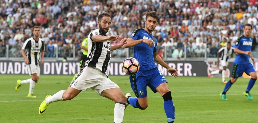 TURIN, ITALY - SEPTEMBER 10:  Gonzalo Higuain (L) of Juventus FC in action against Pietro Iemmello of US Sassuolo during the Serie A match between Juventus FC and US Sassuolo at Juventus Stadium on September 10, 2016 in Turin, Italy.  (Photo by Valerio Pennicino/Getty Images)