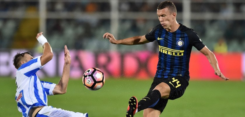 PESCARA, ITALY - SEPTEMBER 11: Norbert Gyomber of Pescara Calcio and Ivan Perisic of FC Internazionale in action during the Serie A match between Pescara Calcio and FC Internazionale at Adriatico Stadium on September 11, 2016 in Pescara, Italy.  (Photo by Giuseppe Bellini/Getty Images)