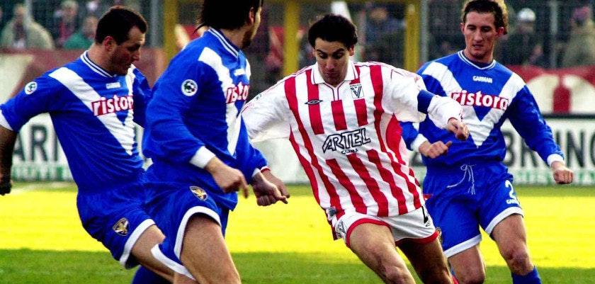 21 Jan 2001:  Lamberto Zauli of Vicenza and Diana of Brescia (Right) in action  during a SERIE A 15th Round League match between Vicenza and Brescia, played at the Romeo Menti Stadium, Vicenza.    Corrdo Pedon / DDAY / GRAZIA NERI     DIGITAL CAMERA Mandatory Credit: Grazia Neri/ALLSPORT