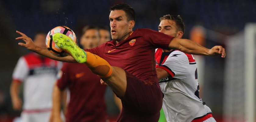 ROME, ITALY - SEPTEMBER 21:  Kevin Strootman of AS Roma competes for the ball with Marcus Rohden of FC Crotone during the Serie A match between AS Roma and FC Crotone at Stadio Olimpico on September 21, 2016 in Rome, Italy.  (Photo by Paolo Bruno/Getty Images)