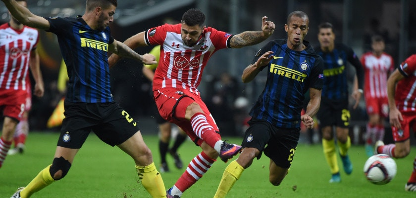 MILAN, ITALY - OCTOBER 20:  Charlie Austin Southampton FC competes for the ball with Miranda of FC Internazionale  of during the UEFA Europa League match between FC Internazionale Milano and Southampton FC at Giuseppe Meazza Stadium on October 20, 2016 in Milan, .  (Photo by Pier Marco Tacca/Getty Images)