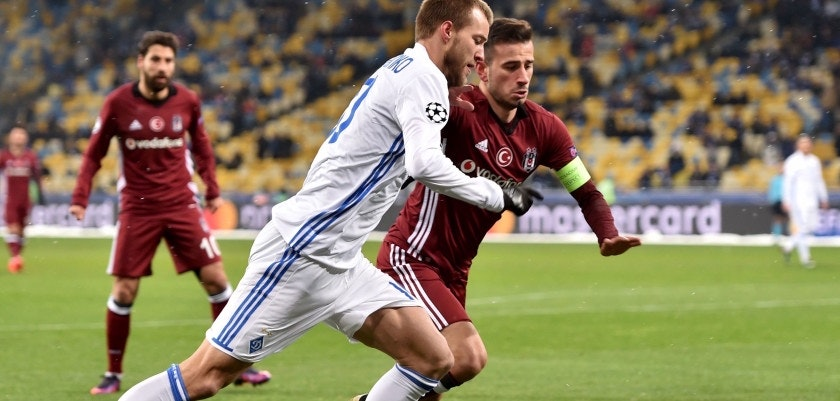 Dynamo's Ukrainian forward Andriy Yarmolenko (L) vies with Besiktas' Turkish midfielder Oguzhan Özyakup (R) during the UEFA Champions League football match between FC Dynamo Kyiv and Besiktas at the Olympiyski Stadium in Kiev on December 6, 2016.  / AFP / SERGEI SUPINSKY        (Photo credit should read SERGEI SUPINSKY/AFP/Getty Images)