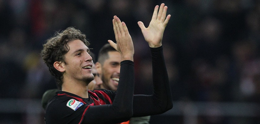MILAN, ITALY - OCTOBER 22:  Manuel Locatelli of AC Milan salutes the crowd at the end of the Serie A match between AC Milan and Juventus FC at Stadio Giuseppe Meazza on October 22, 2016 in Milan, Italy.  (Photo by Marco Luzzani/Getty Images)