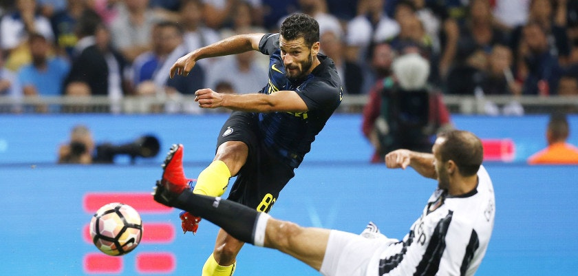 Inter Milan's forward Antonio Candreva (L) vies with Juventus' defender Giorgio Chiellini during the Italian Serie A football match Inter Milan vs Juventus on September 18, 2016 at the 'San Siro Stadium' in Milan. / AFP / MARCO BERTORELLO        (Photo credit should read MARCO BERTORELLO/AFP/Getty Images)