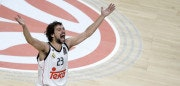 Real Madrid's guard Sergio Llull celebrates after winning the Euroleague Final Four basketball final against Olympiacos Pireus at the Palacio de los Deportes in Madrid on May 17, 2015.    AFP PHOTO / DANI POZO        (Photo credit should read DANI POZO/AFP/Getty Images)