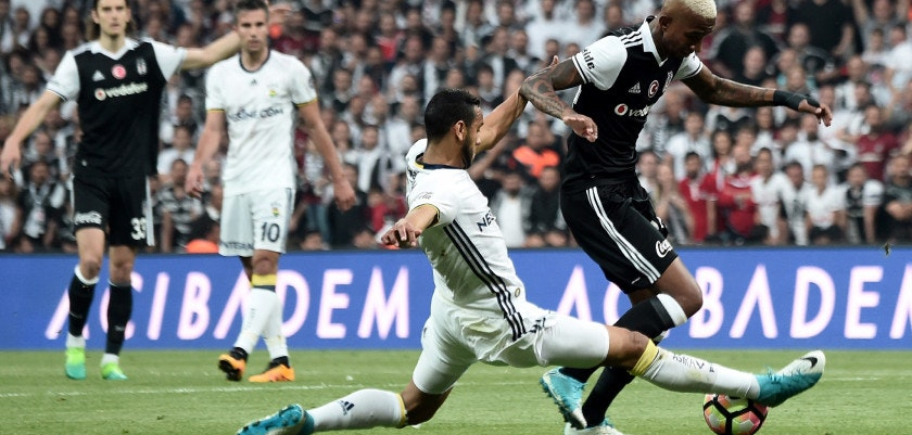 Besiktas' Brazililan midfielder Talisca (R) vies with Fenerbahce's Brazilian midfielder Josef de Souza (L) during the Turkish Spor Toto Super Lig football match between Besiktas and Fenerbahce at the Vodafone arena stadium in Istanbul, on May 7, 2017. / AFP PHOTO / OZAN KOSE        (Photo credit should read OZAN KOSE/AFP/Getty Images)