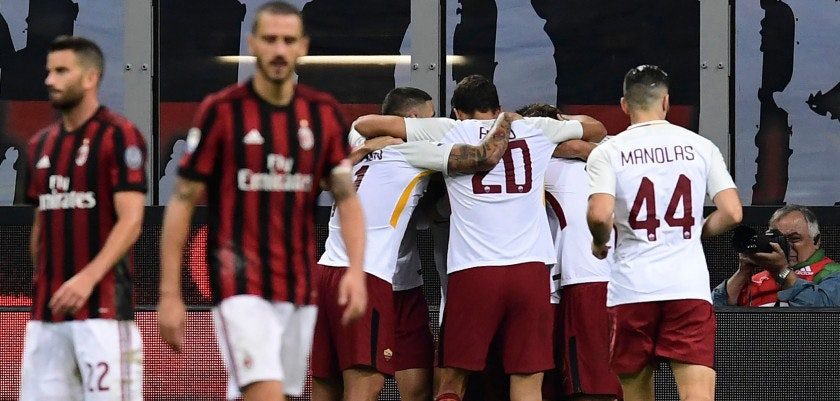AS Roma's players celebrate their second goal during the Italian Serie A football match AC Milan vs AS Roma at the San Siro stadium in Milan on October 1, 2017. / AFP PHOTO / MIGUEL MEDINA        (Photo credit should read MIGUEL MEDINA/AFP/Getty Images)