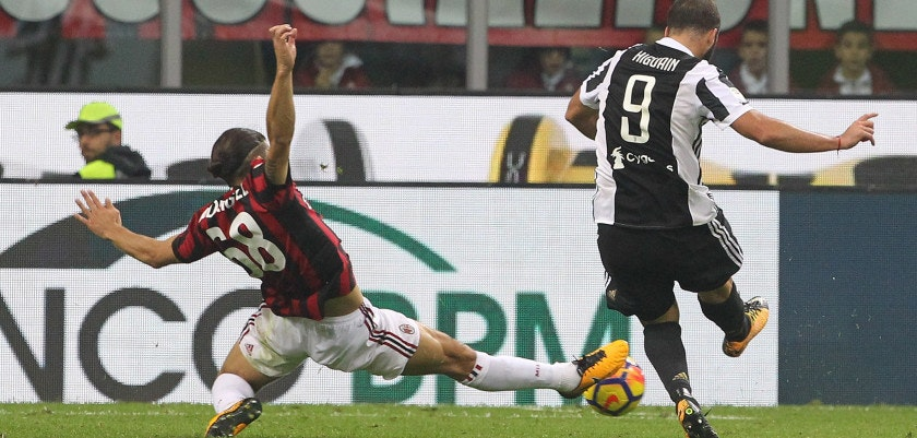 MILAN, ITALY - OCTOBER 28:  Gonzalo Higuain (R) of Juventus FC scores his second goal during the Serie A match between AC Milan and Juventus at Stadio Giuseppe Meazza on October 28, 2017 in Milan, Italy.  (Photo by Marco Luzzani/Getty Images)
