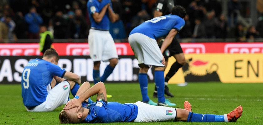 MILAN, ITALY - NOVEMBER 13:  Players of Italy dejected at the end of the FIFA 2018 World Cup Qualifier Play-Off: Second Leg between Italy and Sweden at San Siro Stadium on November 13, 2017 in Milan, Italy.  (Photo by Claudio Villa/Getty Images)