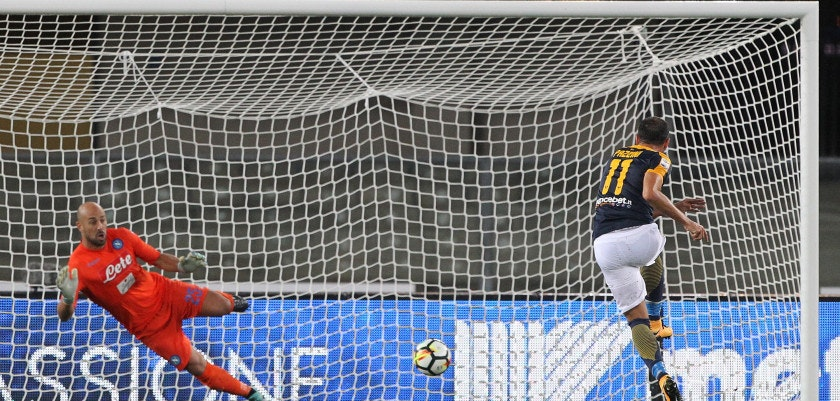 VERONA, ITALY - AUGUST 19:  Giampaolo Pazzini (R) of Hellas Verona scores his goal from the penalty spot during the Serie A match between Hellas Verona and SSC Napoli at Stadio Marcantonio Bentegodi on August 19, 2017 in Verona, Italy.  (Photo by Marco Luzzani/Getty Images)