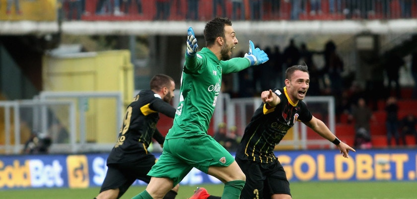 BENEVENTO, ITALY - DECEMBER 03:  Alberto Brignoli of Benevento celebrates the equalizing goal (2:2) the Serie A match between Benevento Calcio and AC Milan at Stadio Ciro Vigorito on December 3, 2017 in Benevento, Italy.  (Photo by Maurizio Lagana/Getty Images)