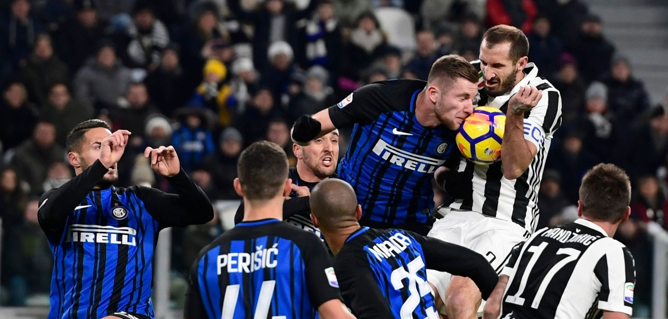 TOPSHOT - Juventus' Italian defender Giorgio Chiellini (R) fights for the ball with Inter Milan's Slovakian defender Milan Skriniar during the Italian Serie A football match between Juventus and Inter Milan at The 'Allianz Stadium' in Turin on December 9, 2017. / AFP PHOTO / MIGUEL MEDINA        (Photo credit should read MIGUEL MEDINA/AFP/Getty Images)