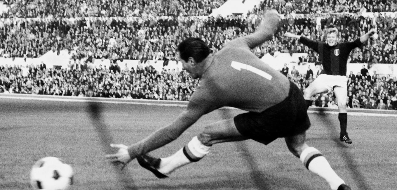 © LAPRESSE 08-11-1964 ROMA SPORT CALCIO CAMPIONATO NELLA FOTO: GOAL DEL CALCIATORE DEL BOLOGNA HELMUT HALLER DURANTE LA PARTITA ROMA-BOLOGNA FINITA IN PARITA'. BUSTA 11291