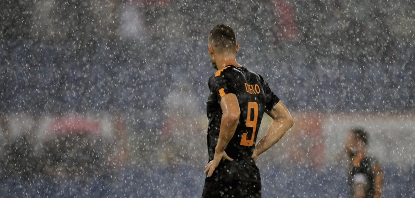 ROME, ITALY - SEPTEMBER 16:  Edin Dzeko of AS Roma from shouldres during the Serie A match between AS Roma and Hellas Verona FC at Stadio Olimpico on September 16, 2017 in Rome, Italy.  (Photo by Paolo Bruno/Getty Images)