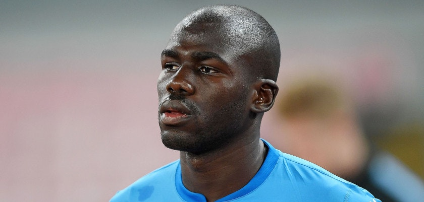 NAPLES, ITALY - NOVEMBER 01: Kalidou Koulibaly of SSC Napoli line up before the UEFA Champions League group F match between SSC Napoli and Manchester City at Stadio San Paolo on November 1, 2017 in Naples, Italy.  (Photo by Francesco Pecoraro/Getty Images)