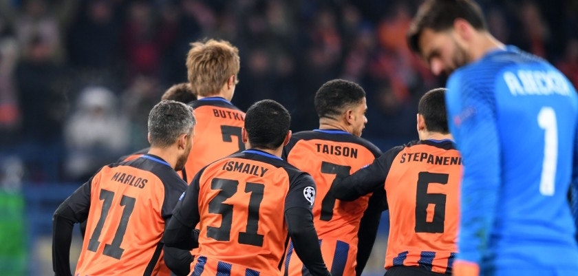 Shakhtar Donetsk's players celebrate after forward Facundo Ferreyra scored a goal during the UEFA Champions League round of 16 first leg football match between Shaktar Donetsk and AS Rome at the OSK Metalist Stadion in Kharkiv on February 21, 2018. / AFP PHOTO / SERGEI SUPINSKY        (Photo credit should read SERGEI SUPINSKY/AFP/Getty Images)