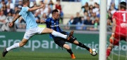 ROME, ITALY - MAY 06:  Stefan De Vrij of SS Lazio competes for the ball with Josip Ilicic  of Atalanta BC during the Serie A match between SS Lazio and Atalanta BC at Stadio Olimpico on May 6, 2018 in Rome, Italy.  (Photo by Paolo Bruno/Getty Images)