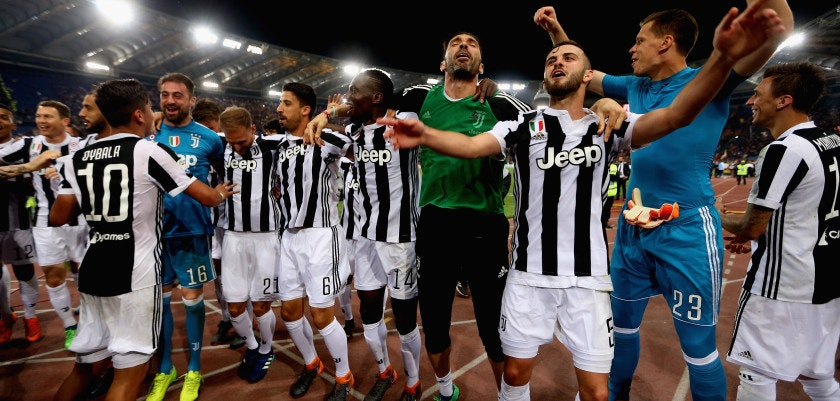 ROME, ITALY - MAY 13:  Juventus players celebrate winning the Champioship after the Serie A match between AS Roma and Juventus at Stadio Olimpico on May 13, 2018 in Rome, Italy.  (Photo by Paolo Bruno/Getty Images)