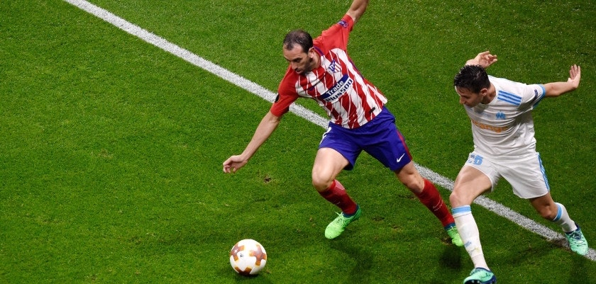 Atletico Madrid's Uruguayan defender Diego Godin (L) vies with Marseille's French midfielder Florian Thauvin during the UEFA Europa League final football match between Olympique de Marseille and Club Atletico de Madrid at the Parc OL stadium in Decines-Charpieu, near Lyon on May 16, 2018. (Photo by Jean-Philippe KSIAZEK / AFP)        (Photo credit should read JEAN-PHILIPPE KSIAZEK/AFP/Getty Images)