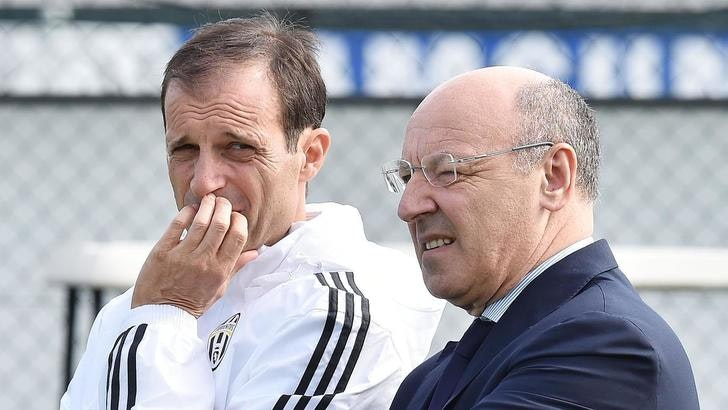 Italian head coach Massimiliano Allegri (L) of Juventus Fc with Beppe Marotta during Juventus' training session at Vinovo Sports Center in Turin, 29 September 2015. Juventus will play tomorrow against Siviglia in a Champions League soccer match. ANSA/ ALESSANDRO DI MARCO
