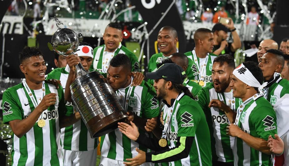 Colombia's Atletico Nacional Miguel Borja kisses the trophy after winning the 2016 Copa Libertadores at Atanasio Girardot stadium, in Medellin, Antioquia department, Colombia, on July 27, 2016. / AFP / Luis Acosta